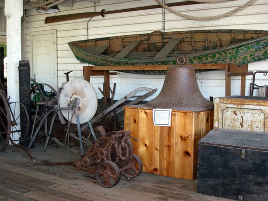 Siuslaw Pioneer Museum: Siuslaw Museum patio exhibit