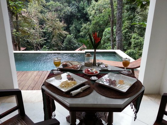 The Luku Boutique Villa & Gallery : Breakfast by the pool. and can see the butterfly. flying around..beautiful