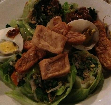 Mona Lisa Cafe : gado gado with fried tofu and peanut sauce on the side