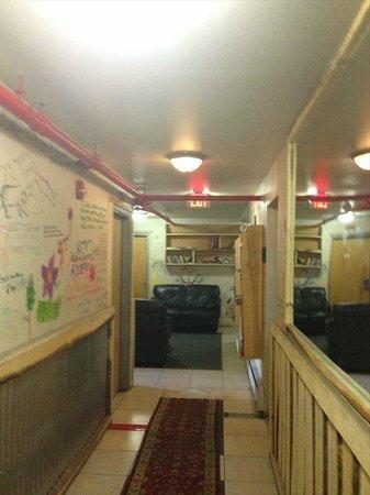 Alaska Backpackers Inn : Hallway from room