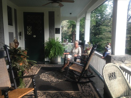 Black Walnut Bed and Breakfast Inn: Comfy front porch
