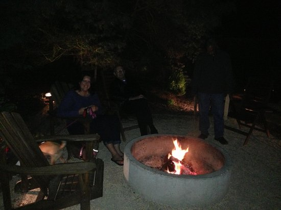 Shoreline Cottages: Fire pit area