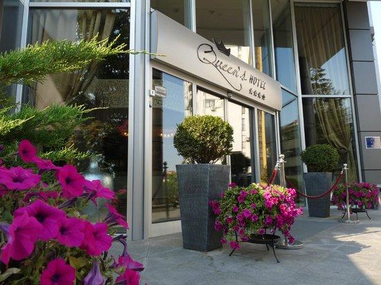 Queen's Hotel Skopje: Entrance