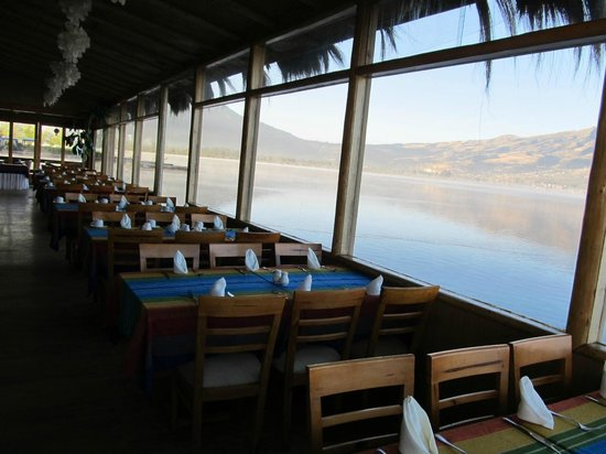 Hosteria Cabanas del Lago: Dining room with view of the lake and Andes