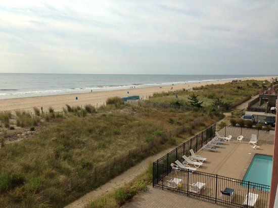 EconoLodge Oceanfront Ocean City: Looking South from balcony
