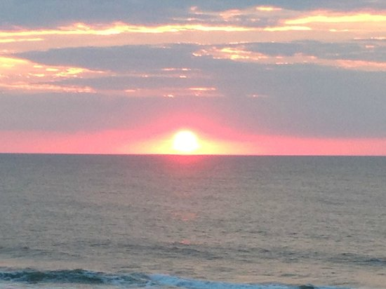 EconoLodge Oceanfront Ocean City: Sunrise photo taken from OF balcony