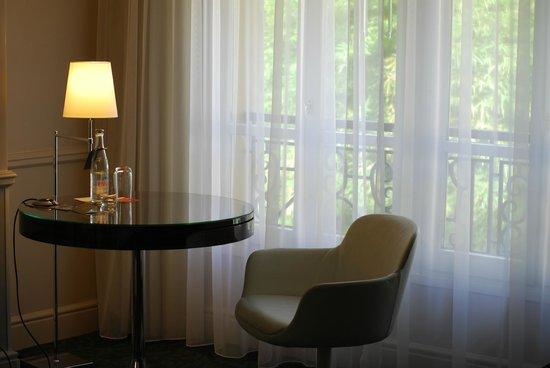 Renaissance Paris Le Parc Trocadero Hotel : Room with large window view to courtyard