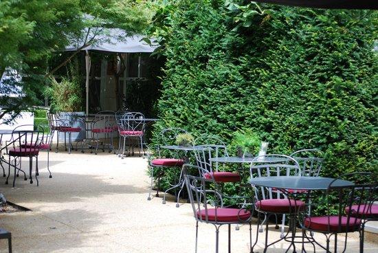 Renaissance Paris Le Parc Trocadero Hotel : Courtyard and garden