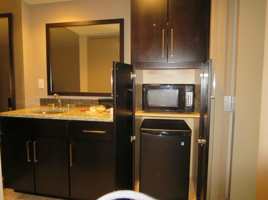 Embassy Suites by Hilton Chattanooga/Hamilton Place : Wet bar with mini fridge and microwave