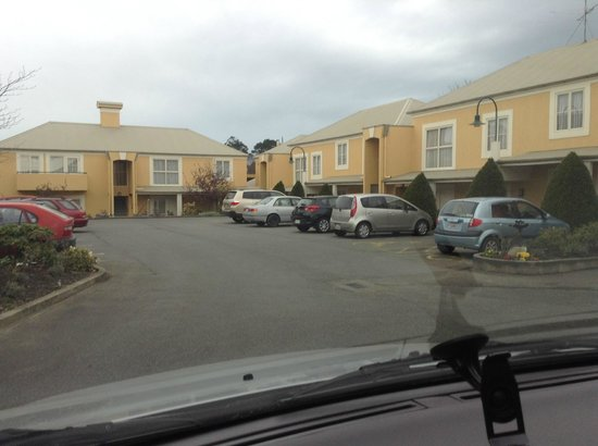 Birchwood Manor Motel: Parking on the grounds of the motel