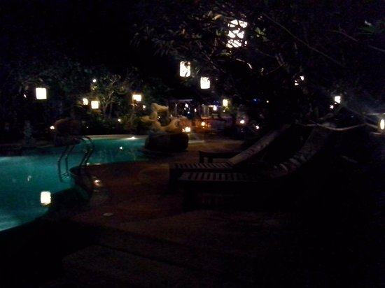 Ao Chalong Villa & Spa: evening , dining ,pool view