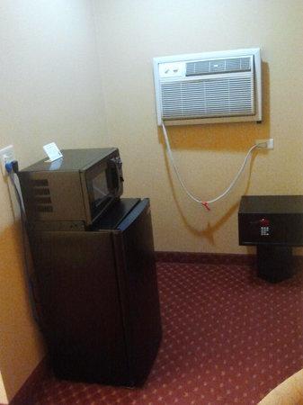 Days Inn San Diego-East/El Cajon: Fridge, Microwave, AC $ Room Safe!