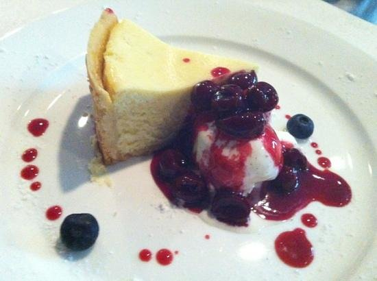 Gianni's Trattoria: cheese cake with vanilla and berries