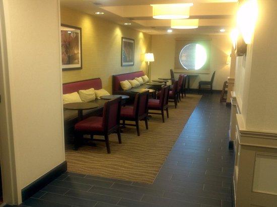 Hampton Inn Alpharetta/Roswell: breakfast seating