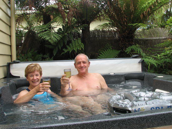 Ambleside Bed & Breakfast: Guests in the spa pool