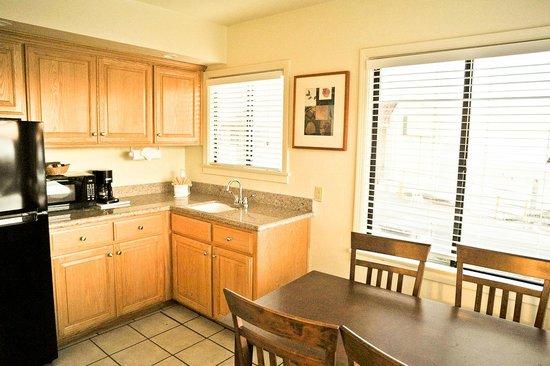 Edgewater Inn & Suites: Kitchen