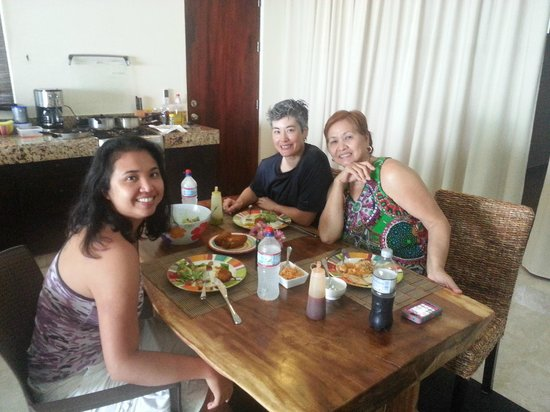 Casa Aquamarine Villa : Having lunch c/o Chef Isaac Placencia