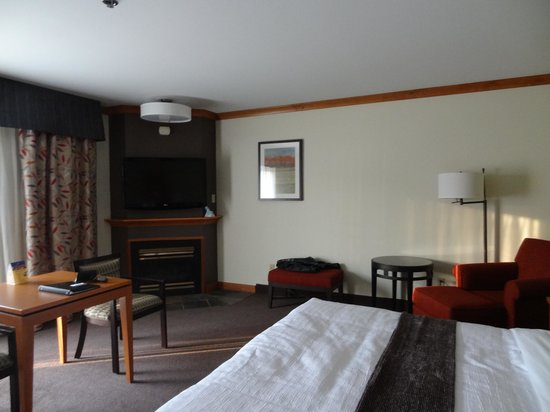 Best Western Rocky Mountain Lodge : fireplace in suite
