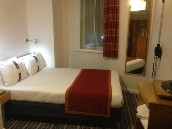 Holiday Inn Express London - Southwark: Compact but comfortable bedroom