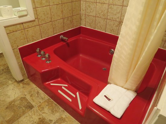 Front Street Inn: the big red tub in family suite