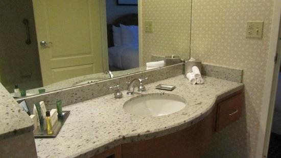 Hilton Chicago Oak Brook Suites: Updated Bathroom