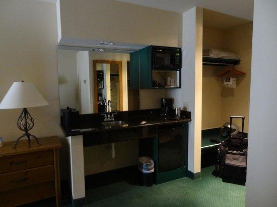Best Western Plus Kentwood Lodge: microwave, fridge in room