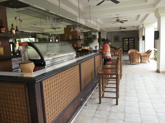 Mercure Manado Tateli Beach Resort: Bar Area