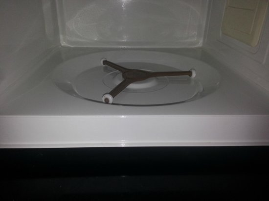 Days Inn Cookeville: NO PLATE IN MICROWAVE