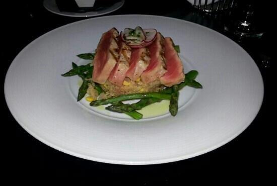 10 Below Restaurant & Lounge: Tonno con cuscus ed asparagi