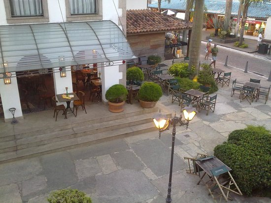 Passeio das Palmeiras Apartamentos: vista desde el balcon a calle Travessa dos Pescadores y cafeteria