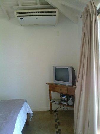 Passeio das Palmeiras Apartamentos: televisor modelo viejo, aire acond. split