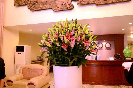 "Hoabinh Palace Hotel: Nice Flower with """"Jason"""" Receptionist"