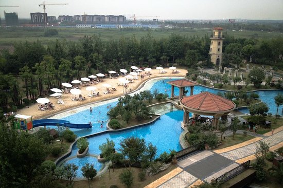 Sofitel Shanghai Sheshan Oriental : View of pool area
