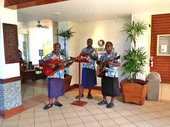 Outrigger Fiji Beach Resort: The lobby and the singers