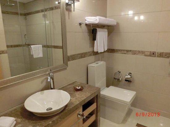 Regal Plaza Hotel and Residence: Bathroom/toilet