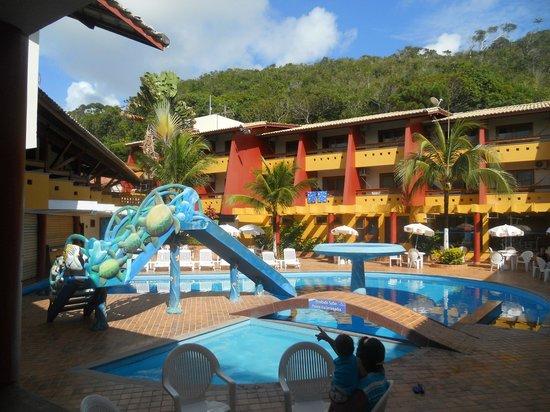 Porto Calem Praia Hotel: Piscina e área recreativa próximas.