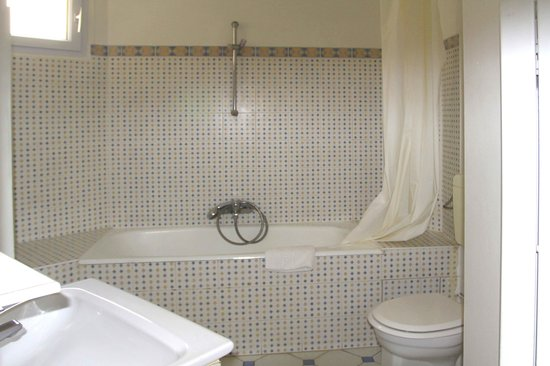 Phenix Hotel: Another Refurbished Bathroom