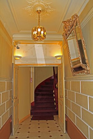 Phenix Hotel : Stairway to First Floor