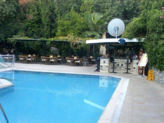 Oylum Garden Hotel: Pool bar.