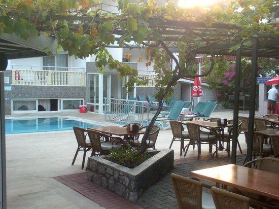 Oylum Garden Hotel: Pool/dinning area.