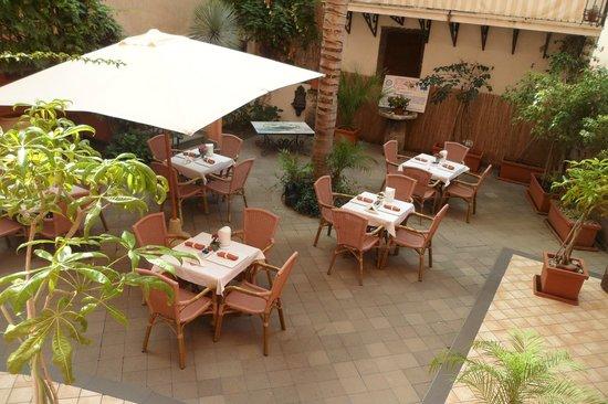 Tavoli apparecchiati per la prima colazione - Foto di Residence ...