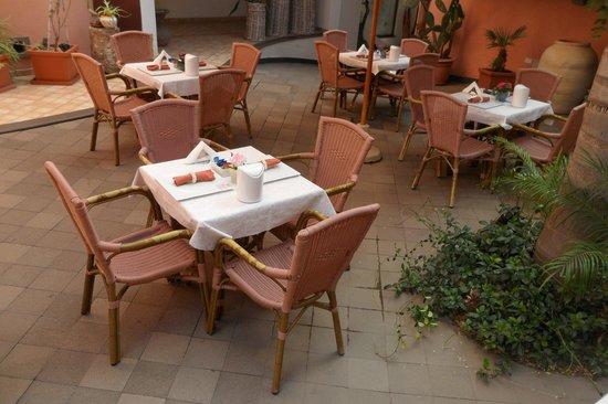 Tavoli apparecchiati per la prima colazione - Bild von Residence ...