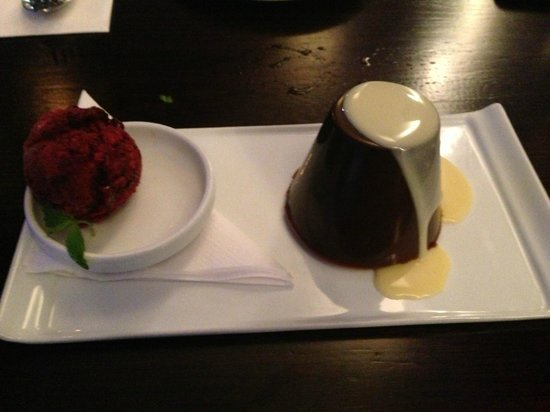 Costas Taverna Greek Restaurant and Ouzo Bar: Olympic chocolate mousse