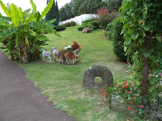 Hotel Restaurant Plaisance : une partie du jardin