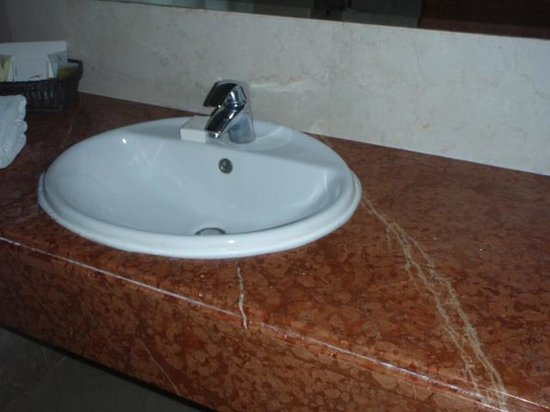 Sadeen Hotel & Suites: Sink in changed room