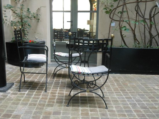 Hotel Fontaines du Luxembourg: The courtyard outside rooms 001 and 002