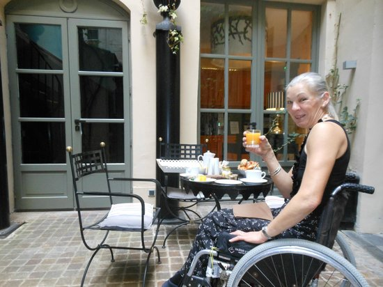 Hotel Fontaines du Luxembourg: Breakfast in the courtyard.