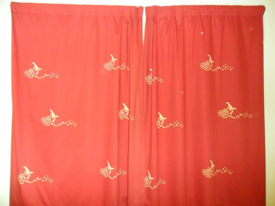 Wookey Hole Hotel : witch patterned curtains in room