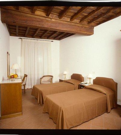 Hotel Teatro di Pompeo: Twin room