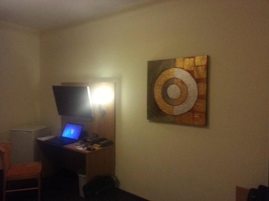 Posthotel Traube: Zimmer mit Schreibtisch und TV
